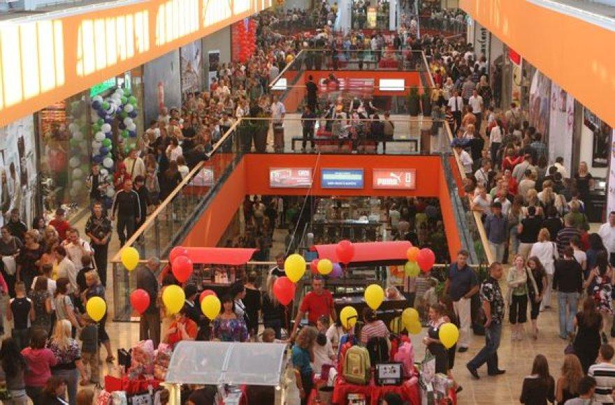 """Ketvirtadienio vakarą vilniečiams ir miesto svečiams duris atvėrė naujas prekybos ir pramogų centras """"Ozas""""."""