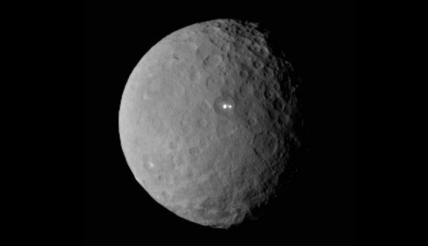 Šviesuliai nykštukinės planetos Cereros paviršiuje
