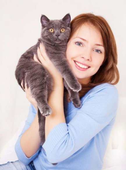 Moteris su kate