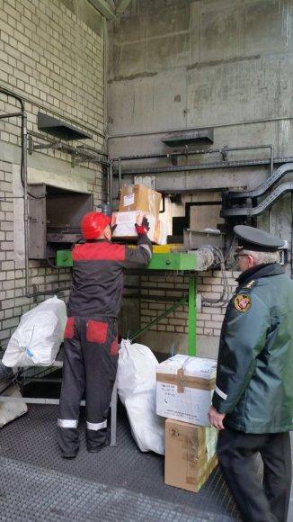 Muitinė sunaikino 200 pakuočių su narkotikais
