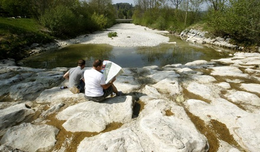 Vyrai sėdi išdžiuvusioje Tioso upės vagoje