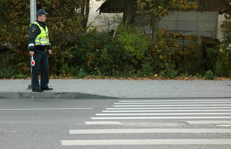 Policininkas prie pėsčiųjų perėjos