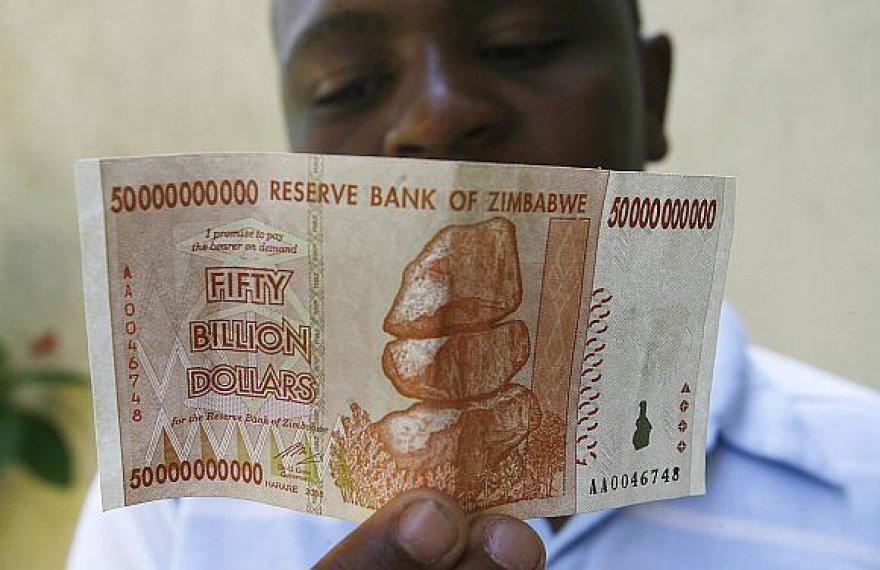 Zimbabvės gyventojai patyrė didžiausios infliacijos pasaulio istorijoje padarinius.