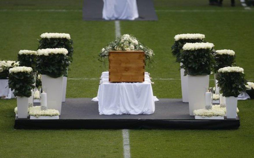 R.Enke karstas buvo papuoštas baltų rožių vainiku