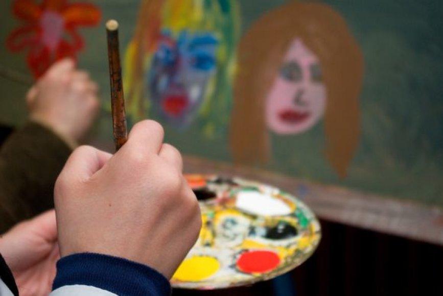 """Penktadienį """"Skalvijos"""" kino centre apsilankę žiūrovai ėmė į rankas teptukus, dažų paletes ir tapė."""