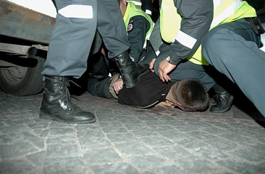 Policija bando sutramdyti besipriešinantį įtariamąjį