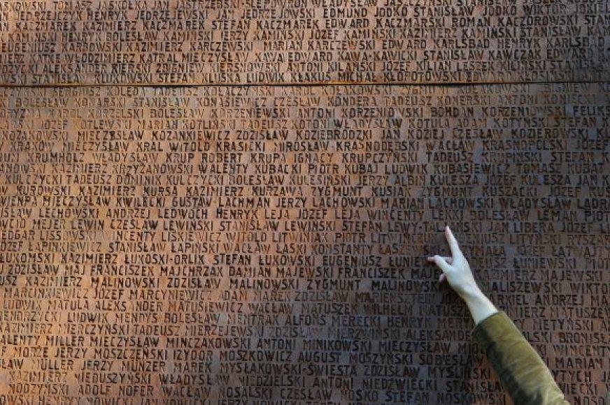 Katynėje nužudytųjų pavardės iškaltos ant memorialinės sienos.