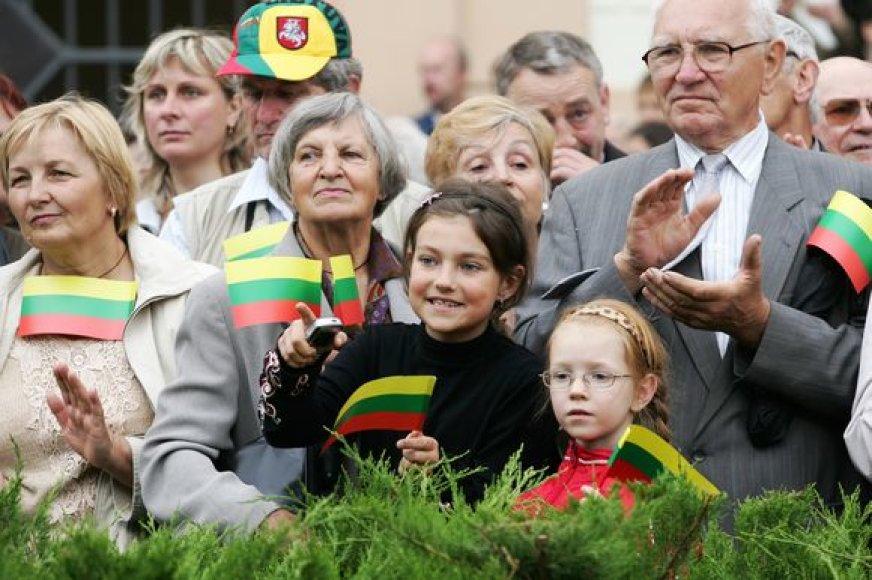 Valstybės dieną iškilmingą ceremoniją stebėjo būrys vilniečių ir