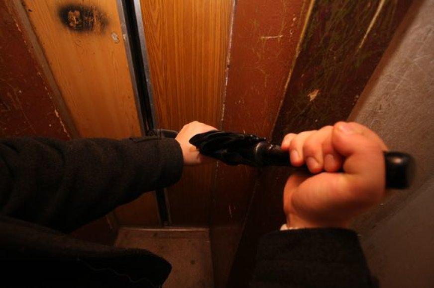 Išvaduoti iš užstrigusio lifto gali ir ugniagesiai, bet nuostolius vistiek padengtų gyventojai.