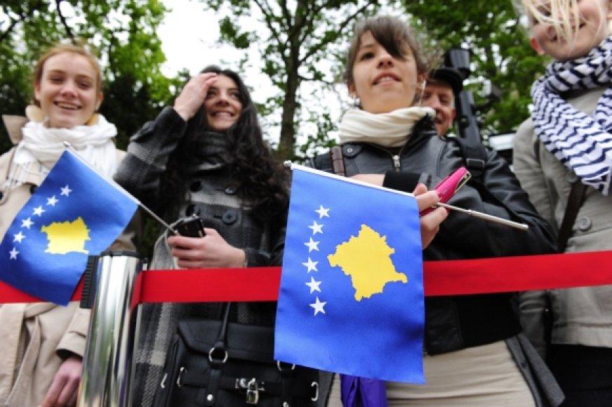 Jaunimas su Kosovo vėliavomis.