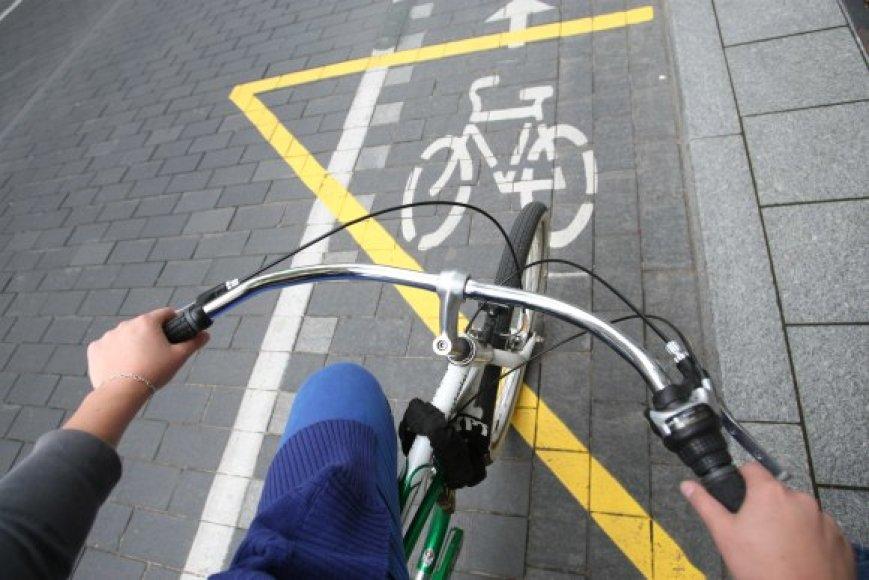Valdininkai giriasi, kad Vilniuje yra daugiau nei 80 km dviračių takų. Bet daugelis jų pažymėti ant šaligatvių, gatvių.