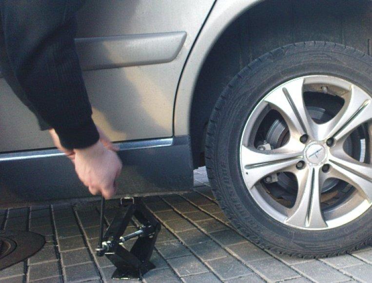Darbas su rankiniu automobilio keltuvu reikalauja ypatingo atidumo. Antraip – trauma ar net mirtis.