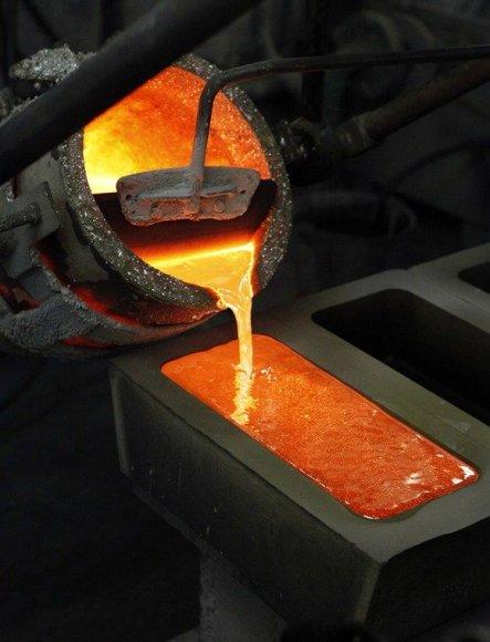 Išlydytas sidabras pilamas į formą.