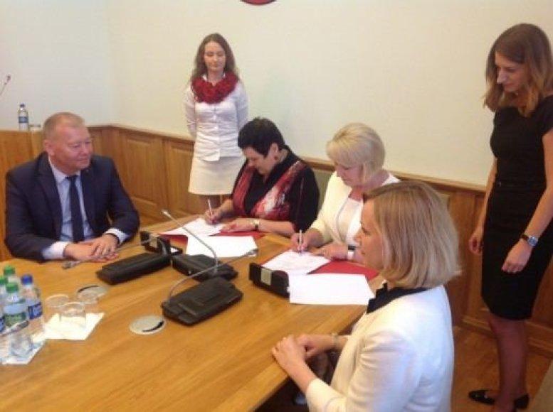 Susitarimą dėl STEAM centro pasirašė švietimo ir mokslo ministrė Audronė Pitrėnienė ir Alytaus kolegijos, kurios patalpose ir bus įkurtas STEAM centras, direktorė Danutė Remeikienė.