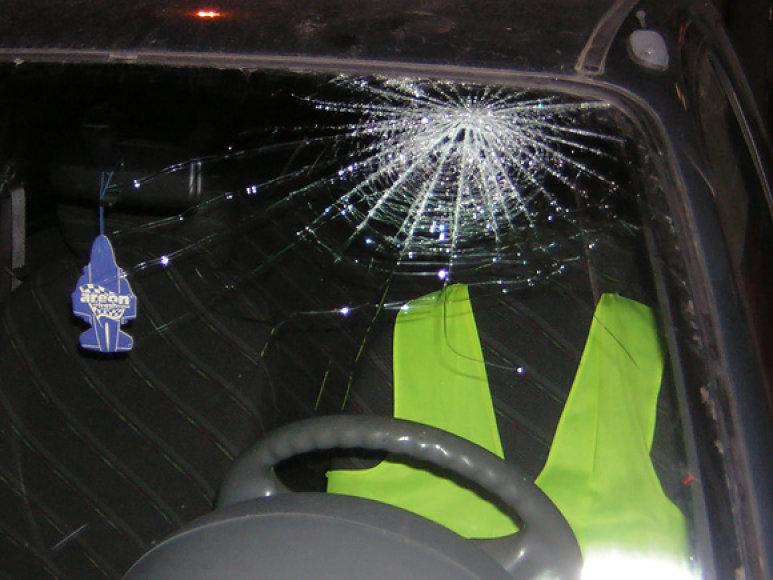 Sudaužytas pažeidėjo automobilio stiklas
