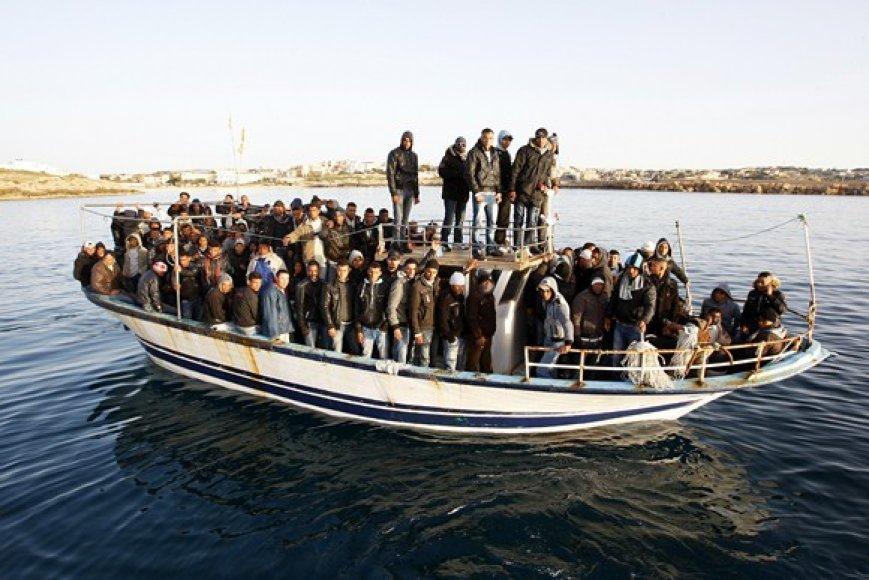 Pilnas laivas migrantų