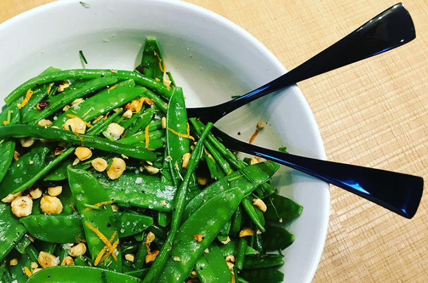 Šparaginių pupelių ir žirnių salotos su riešutais