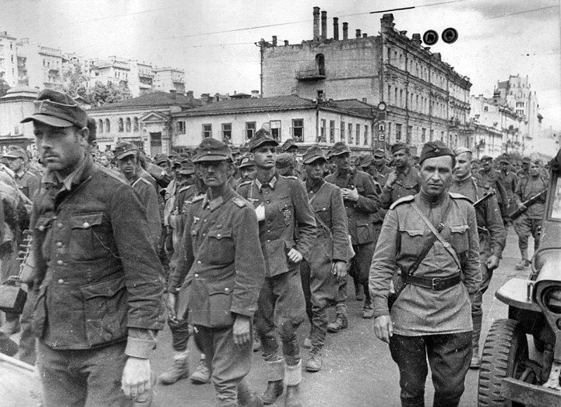 Vokiečių karo belaisviai varomi per Kijevą (1944 m.)
