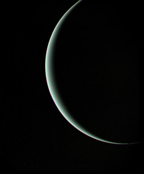 """Taip Uranas atrodė pro """"Voyager 2"""" fotobojektyvą - zondas pro planetą fotografavimo akimirką skriejo 965 tūkst. km atstumu (daugiau nei dvigubai didesnis už atstumą, skiriantį Žemę ir Mėnulį)"""