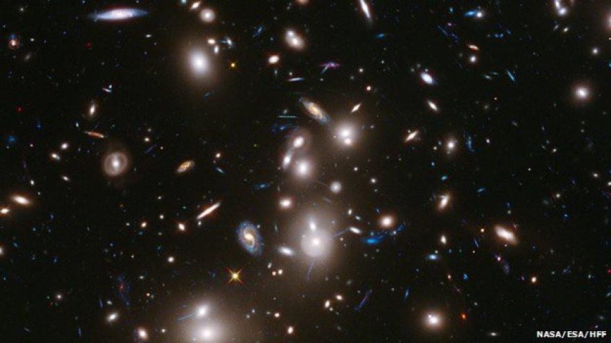 Mėlynai pažymėtos toliausiai nuo mūsų nutolusios galaktikos