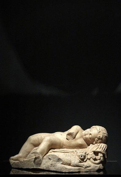 Parodos eksponatas – miegančio Eroto skulptūrėlė