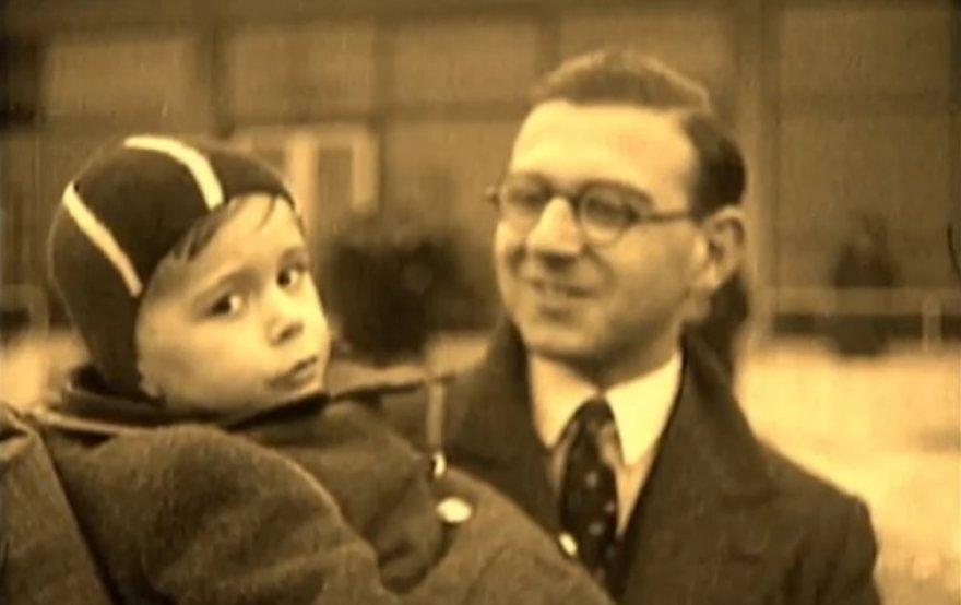 Seras Nicholas Wintonas su vienu iš žydų vaikų, kurį išgelbėjo per holokaustą