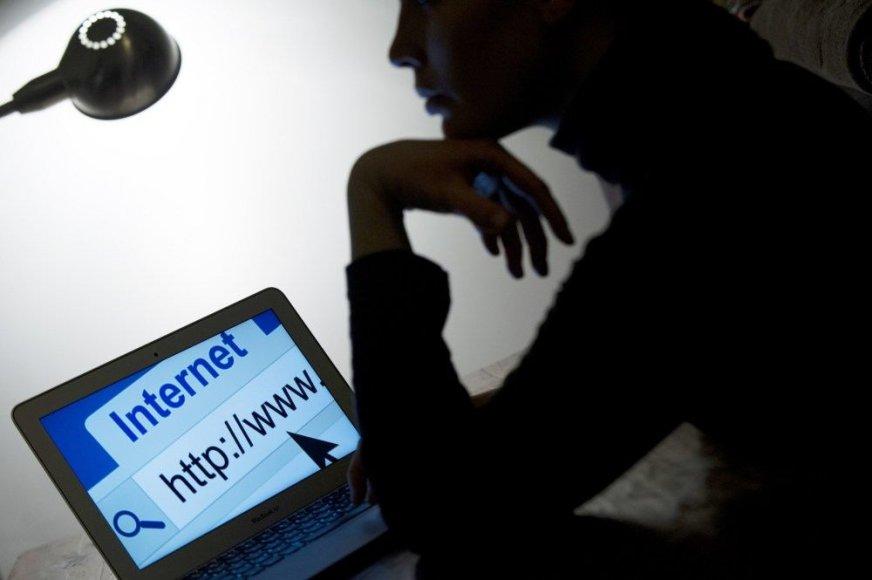Moteris naudojasi kompiuteriu