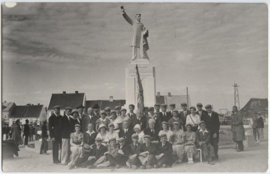 Studentai prie Vinco Kudirkos paminklo 1934 m.