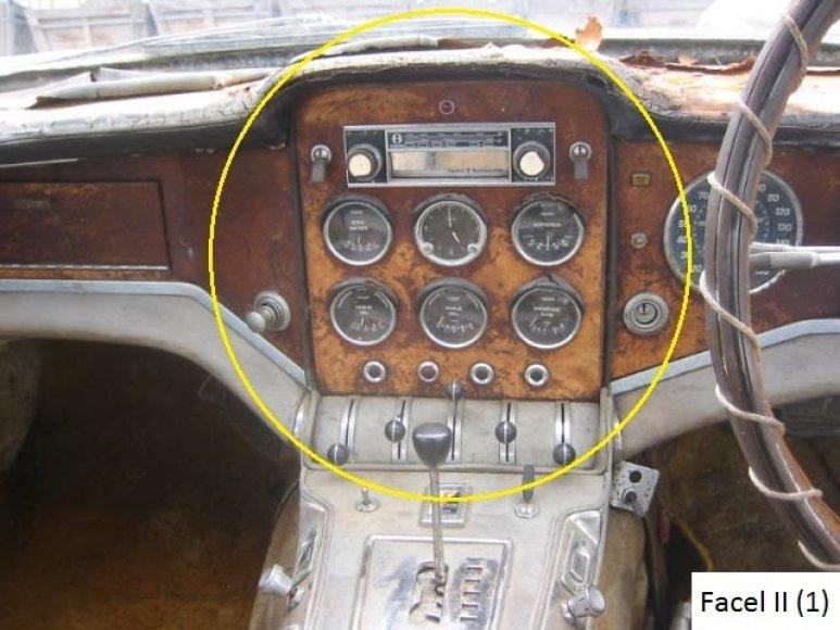 """Pagrindinis prietaisų skydas: penki prietaisai + laikrodis + 1960-ųjų metų 8 takelių radijas. Prietaisai pažymėti """"Jaeger"""" ženklu ir turi užrašus anglų ir prancūzų kalbomis – Eau/Water, Oil/Huile (Pression/Pressure), Oil/Huile (Temperature), Essence/Gas, Amperes (žiūr. realią nuotrauką)"""