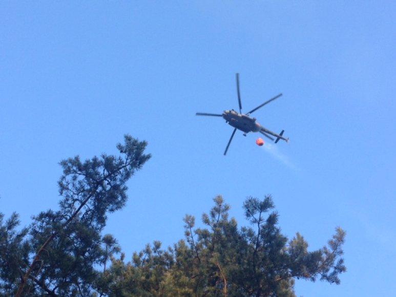 Kuršių Nerijos gaisras gesinamas iš sraigtasparnio