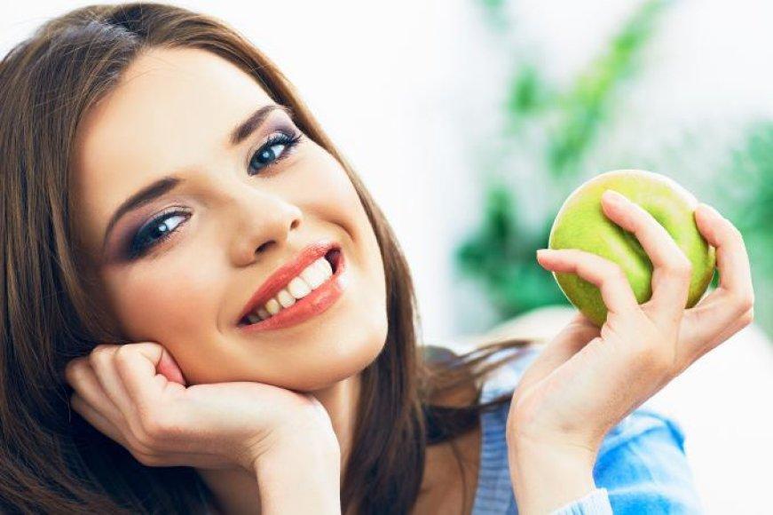 Mergina valgo obuolį