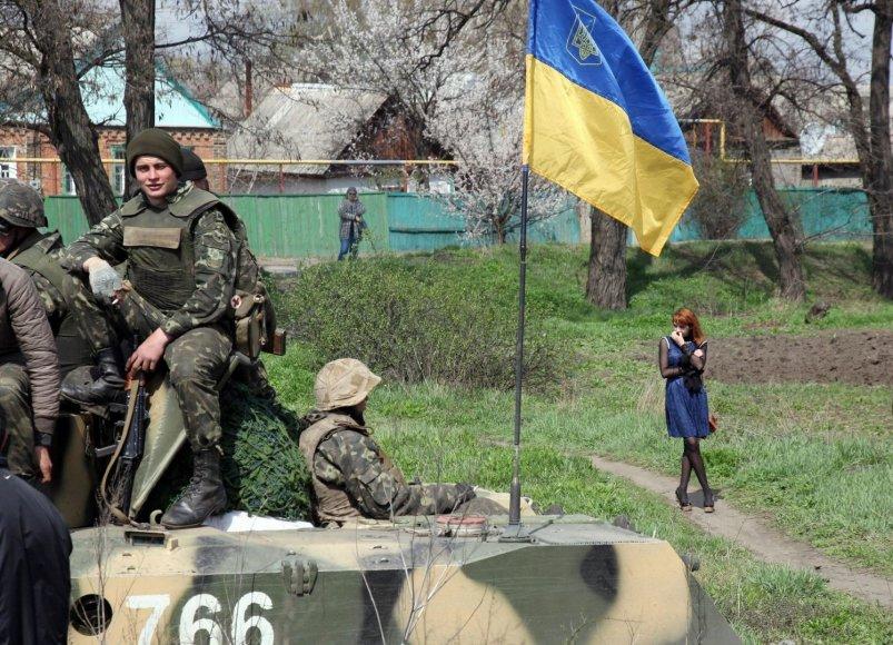 Mergina žiūri į Ukrainos karius Kramatorsko mieste