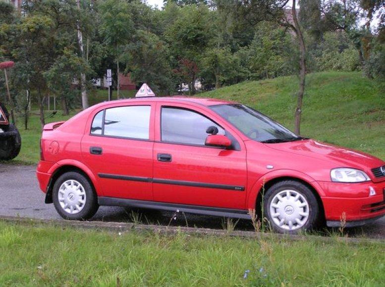 Vairavimo mokyklai priklausantis automobilis