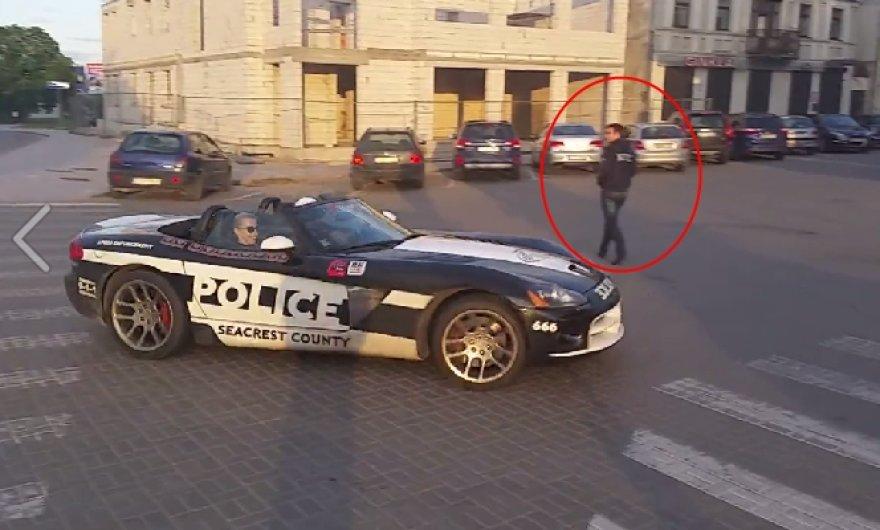 """Nufilmuota, kaip šoninio slydimo būdu Marijampolėje valdomas """"Dodge"""" vos neparbloškia važiuojamąją dalį kertančio pėsčiojo."""