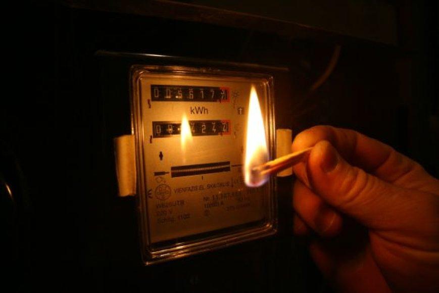 Rajono gyventojai tris paras maitinami pažadais, kad elektros tiekimas bus atnaujintas.