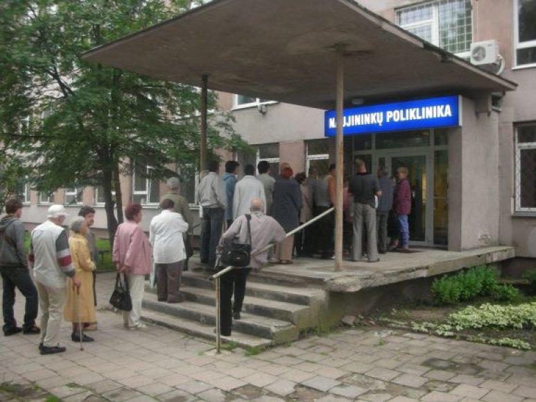 eilėje prie poliklinikos 5 val. ryto