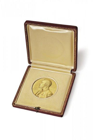 Jamesui Watsonui įteiktas Nobelio premijos medalis