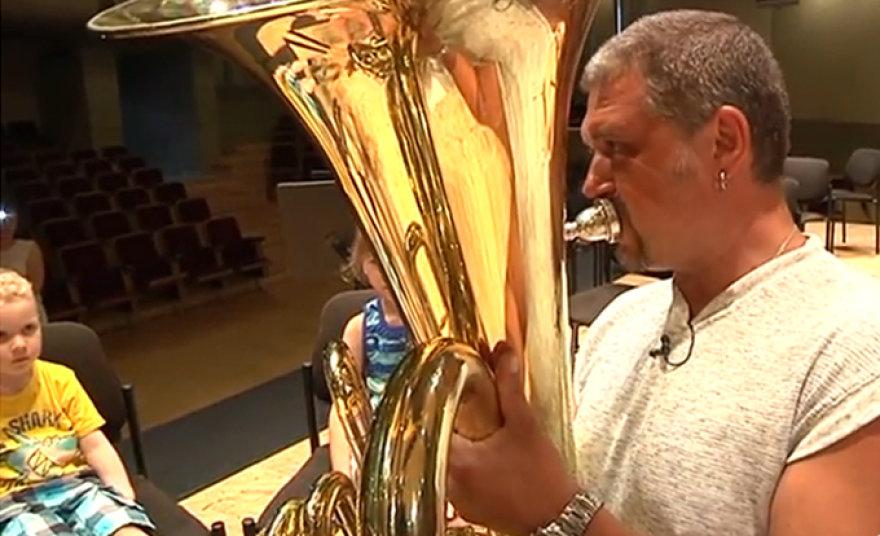 LVSO muzikantas supažindina vaikus su tūba