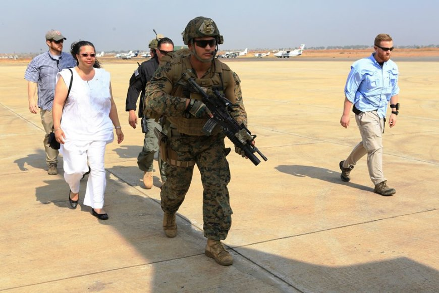 Jūrų pėstininkai Pietų Sudano sostinėje Džuboje į lėktuvą lydi evakuojamą JAV ambasadorę Susan D. Page