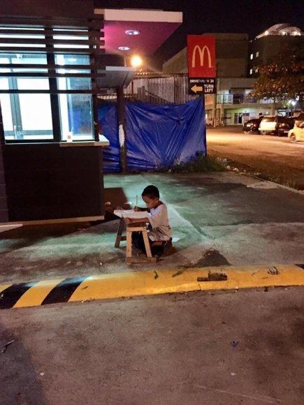 """Danielius pamokas ruošė """"McDonald's"""" šviesoje"""