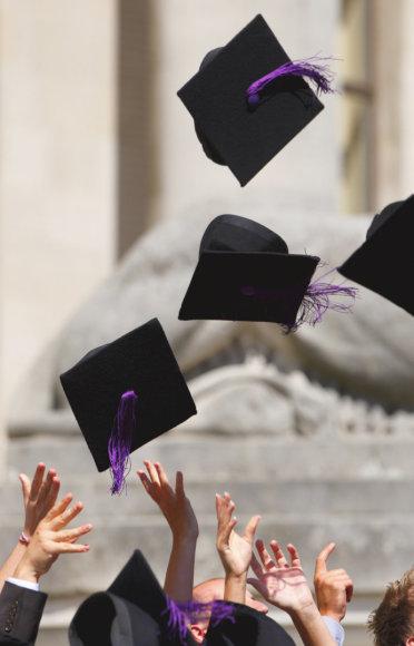 Daugiau negu pusė aukštąjį išsilavinimą turinčių britų dirba nekvalifikuotus darbus