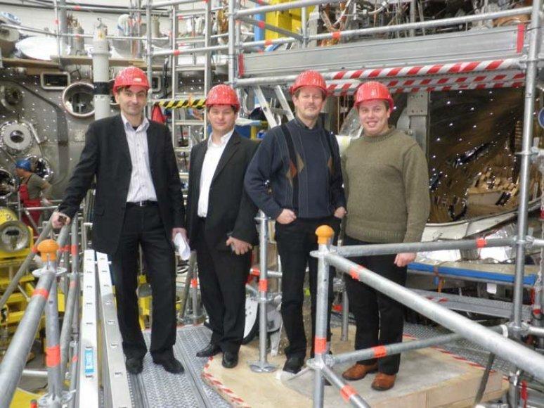 LEI tyrėjai prie W-7 įrenginio darbo vizito metu (Greifsvaldas, Vokietija). LEI nuotr.