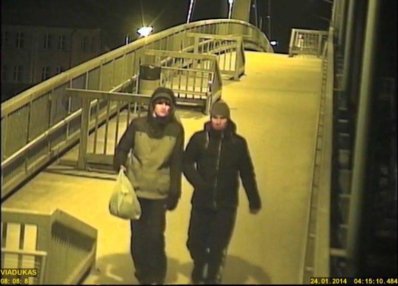 Klaipėdos pareigūnai prašo atpažinti jaunuolius, įtariamus veidrodėlių vagyste.