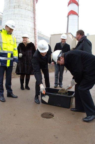 Vystytojo, rangovo ir Elektrėnų savivaldybės vadovai įbetonuoja kapsulę