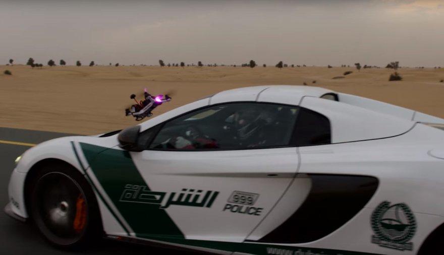 """""""McLaren 650s"""" ir bepilotė skraidyklė surengė lenktynes"""