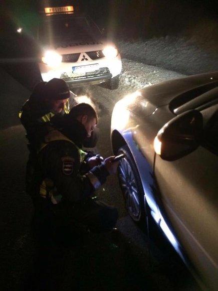 Pareigūnų pastangos padėti vairuotojai kelyje