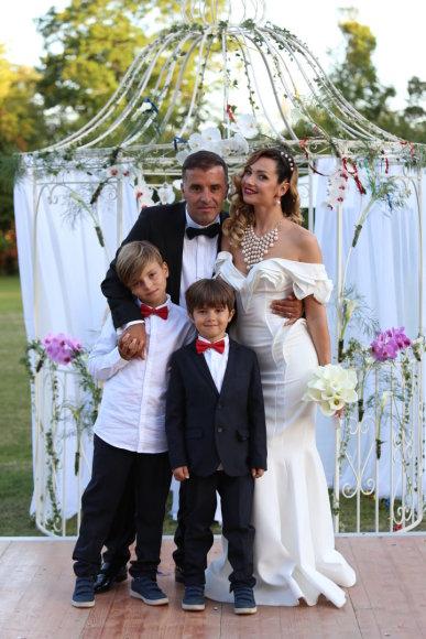 Mickael Crépel nuotr./Nora Grečichinaitė ir Anass Margoum su Anass sūnumi Aubanu iš pirmosios santuokos ir judviejų sūnumi Adamu