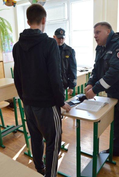 Moksleivio piniginėje pareigūnai rado narkotikų