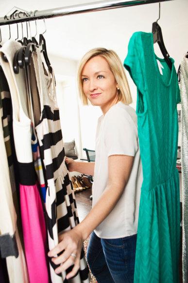 Moteris tvarko drabužinę