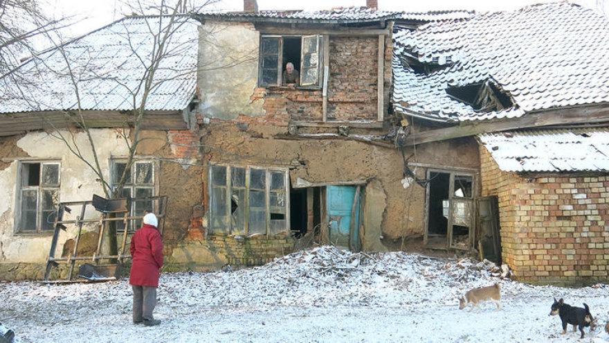 Kaimynė vis primena Steponui, kad jam pavojinga gyventi tame name, bet šis sako nematantis išeities.